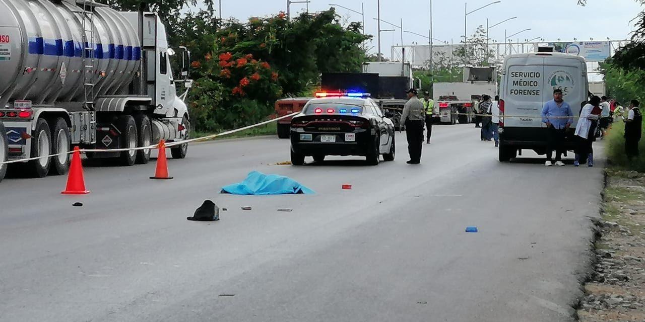 Falla al intentar atravesar periférico de Mérida y muere (Video)