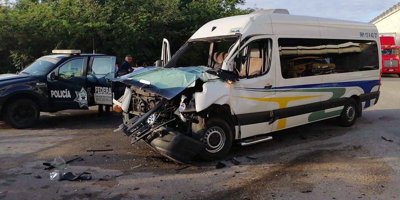 'Encontronazo': camioneta, con 9 pasajeros, contra volquete en puente Xtepén