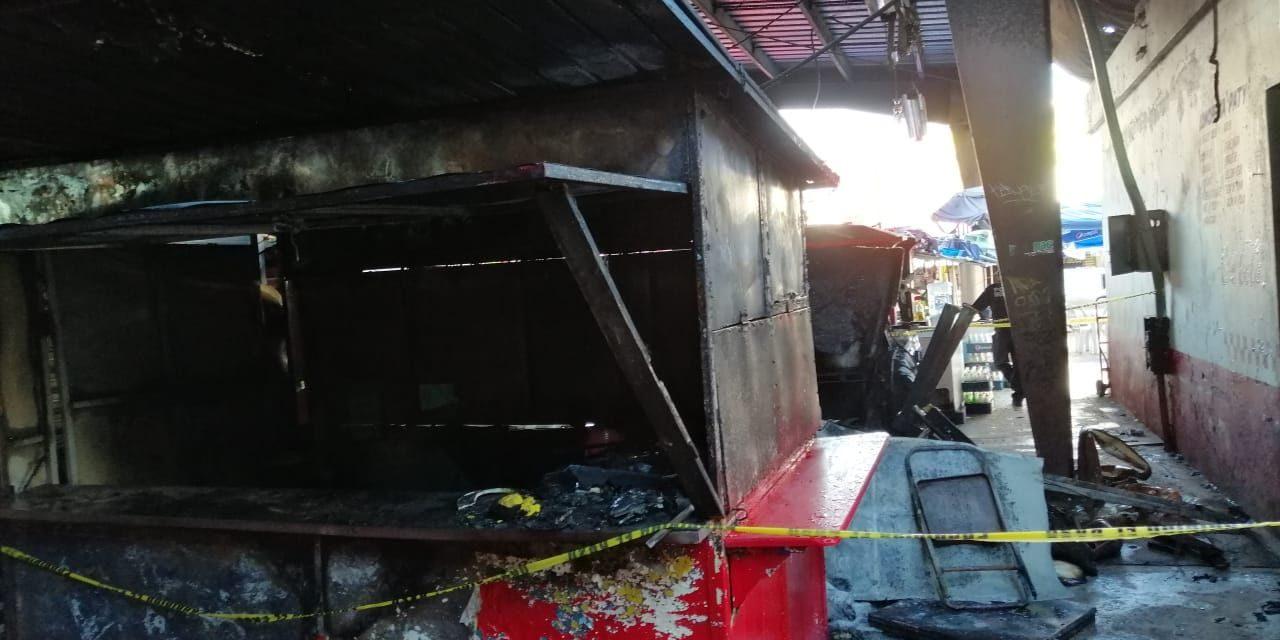 Arrasa incendio puestos de comida en mercado Lucas de Gálvez