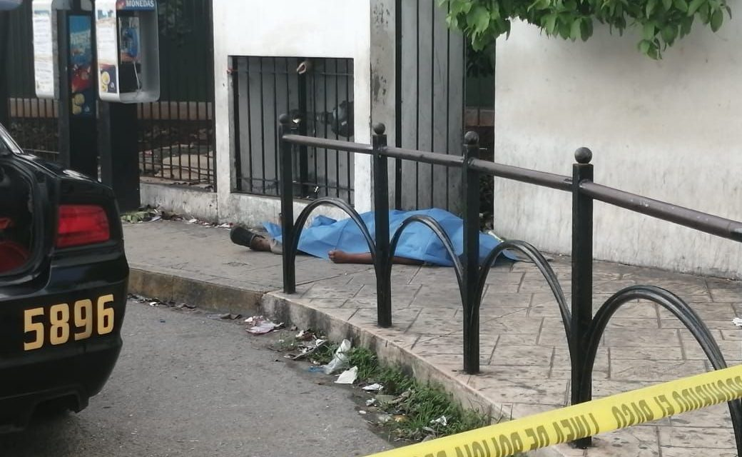 Muere cerca de la entrada a Urgencias de hospital en Mérida (Video)