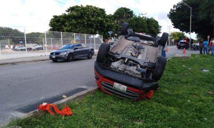 Vuelca camioneta por golpe de compacto que invadió carril (Video)