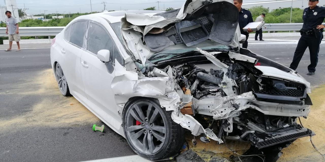 Chocan lujoso Subaru contra redilas con albañiles, se bajan y huyen