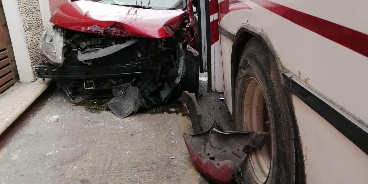 Taxi de Uber queda prensado tras colisión con autobús de pasajeros