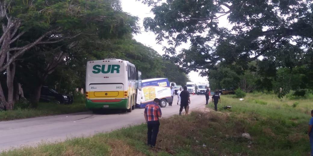 Autobús invade carril, choca camioneta y muere conductor en Muna