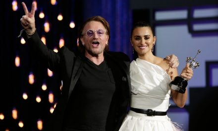 Sorpresivamente, Penélope Cruz recibe Premio Donostia de manos de Bono
