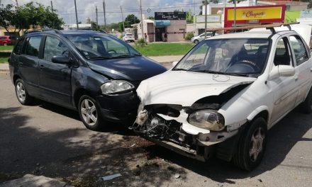 Canadiense se vuela alto y destroza vehículo en Brisas