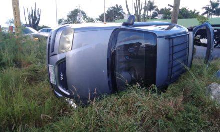 Derrapa a causa de chubasco y vuelca en periférico de Mérida