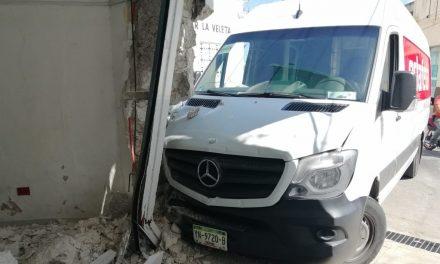 Entra a farmacia con camioneta de paquetería (Video)
