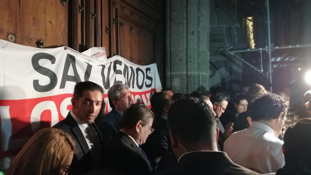 """Exigen alcaldes más presupuesto; los """"disuaden"""" con gas lacrimógeno"""