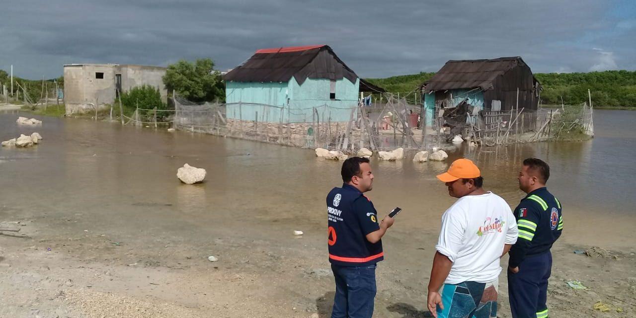 Inundan lluvias viviendas en Celestún y atienden a familias