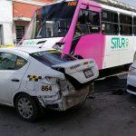 Arrastra autobús a taxi de plataforma por no frenar en tope