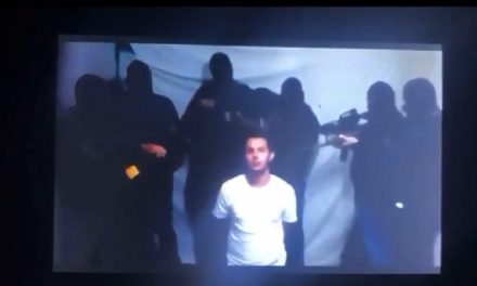 """Lo levantan en Cancún, reaparece en video y """"confiesa"""" vender droga"""
