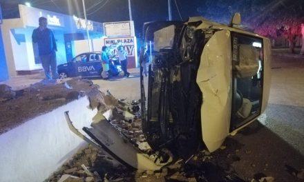 Ponchadura de llanta acaba en volcadura y severos daños