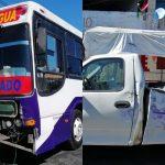 Chocan camioneta y autobús de pasajeros sin seguro