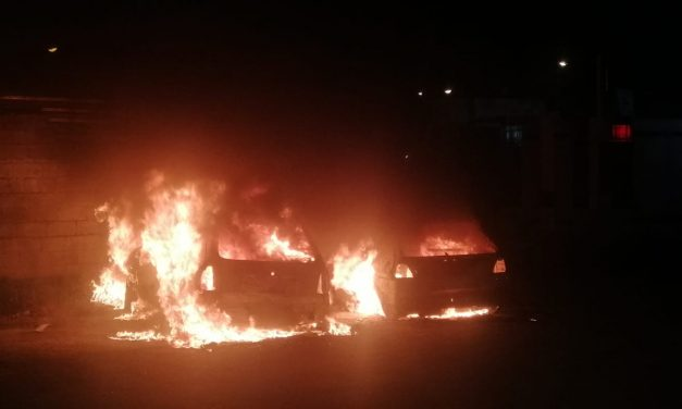 'Reparan' su auto, lo lleva a casa y se incendia; se queman dos