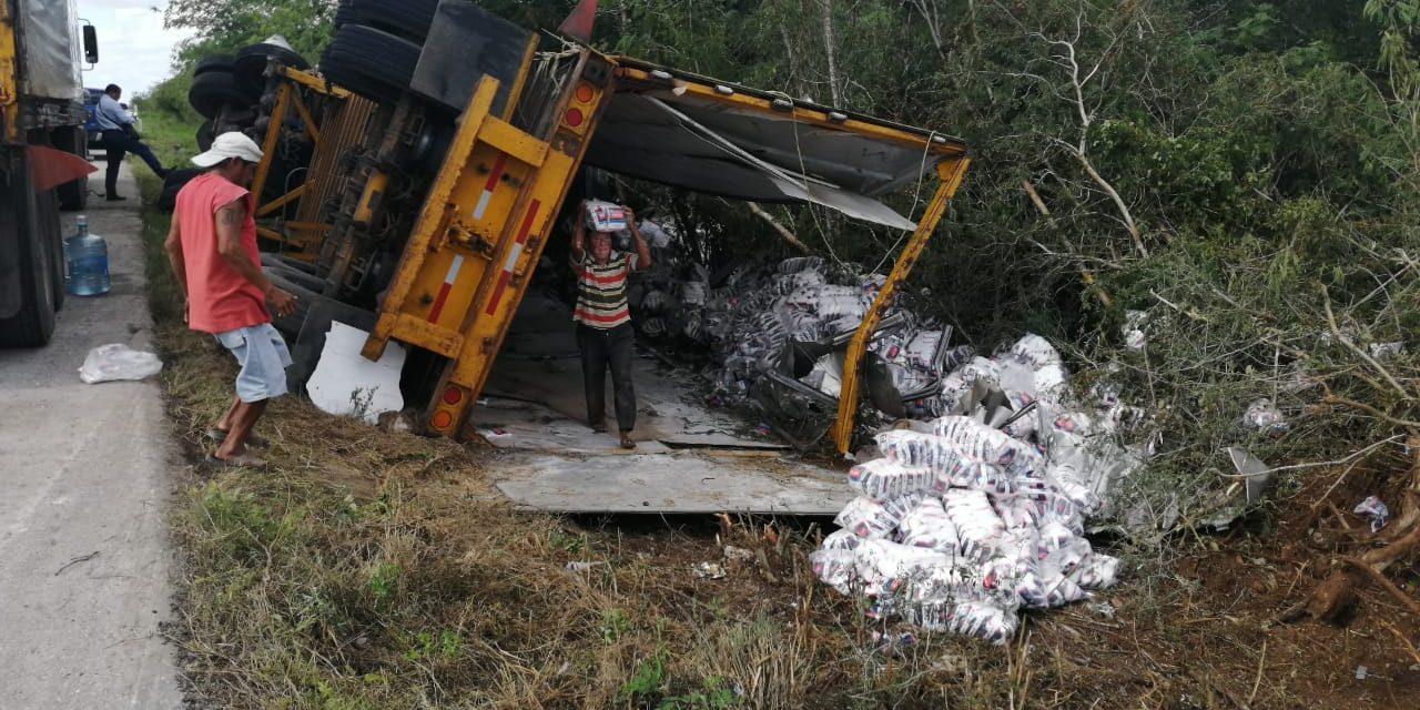 ¿Salado? Vuelca contenedor en tramo Baca-Mocochá (Video)