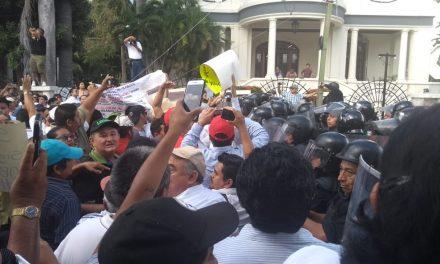 Forcejean manifestantes y policías; hay tres detenidos (Video)