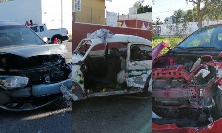 Deslumbrado por luz solar ocasiona colisión de tres autos