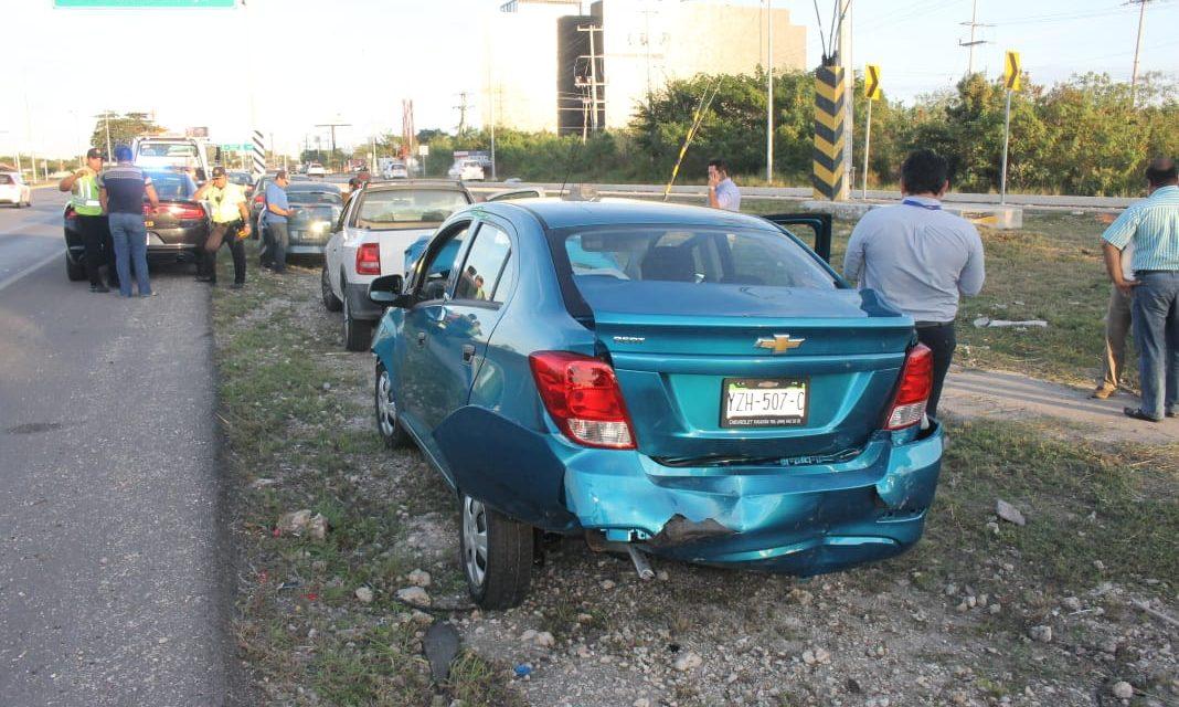 Carambola de cinco vehículos en puente salida a puerto Progreso