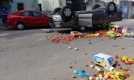 Vuelca camioneta y quedan regadas frutas y verduras