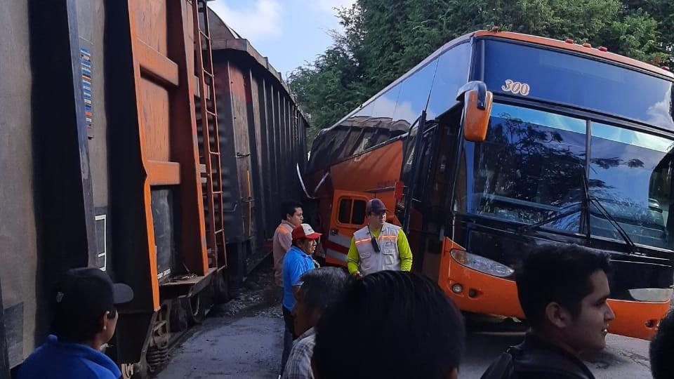 Chocan tren y autobús en Umán; sin lesionados (Video)