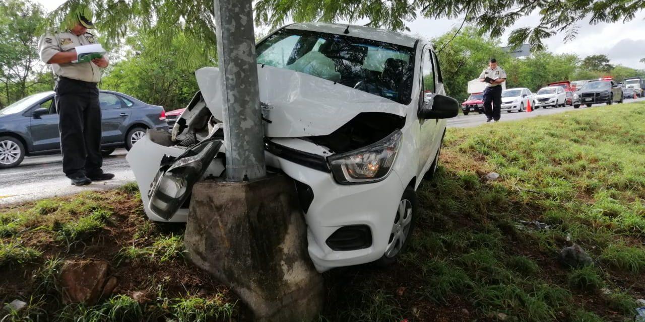 Evita embestir dos autos y se estampa contra poste (Video)