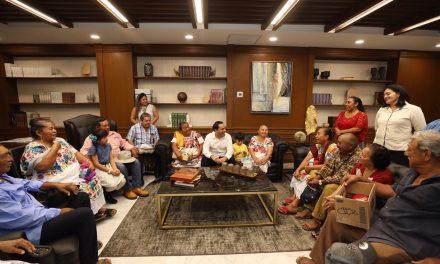 Familiares de migrantes yucatecos visitan al gobernador Vila Dosal