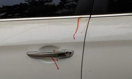 Manchas de sangre en su auto lo delatan al huir