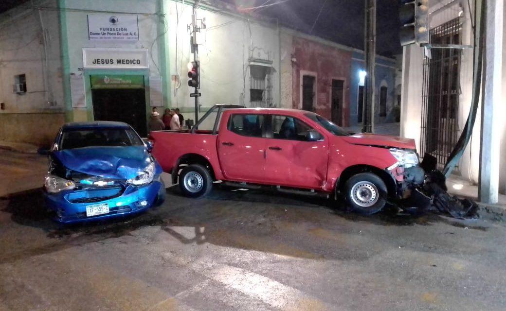 No respeta luz roja de semáforo y choca contra camioneta