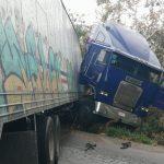 Piso mojado saca a tráiler de carretera en periférico de Mérida (Video)