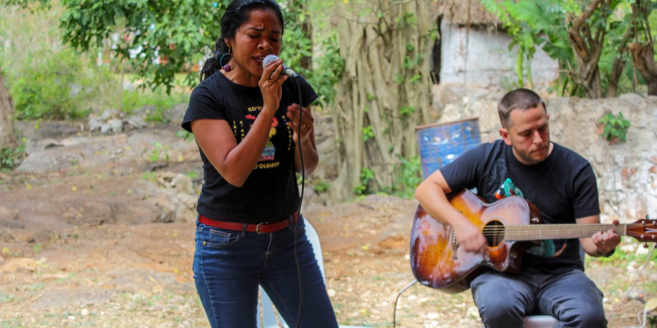 Niños y niñas cantan al agua desde un cenote en Homún