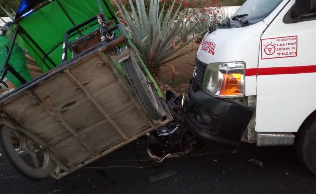 Colectivo foráneo choca y arrastra mototaxi en Umán