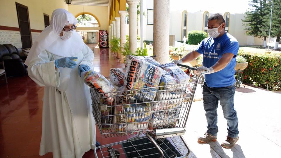 """Abuelitos de asilo """"Brunet Celarain"""" reciben despensas del DIF Mérida"""