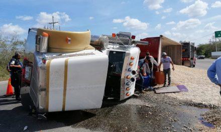 Volcadura con cierre parcial y momentáneo de la Mérida-Motul (Video)