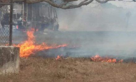 Salen a tiempo pasajeros de camión incendiado en Sacapuc