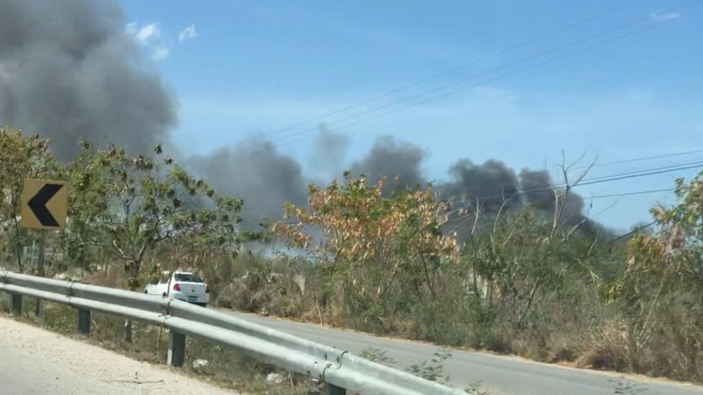 Incendio daña encierro de empresa de grúas al poniente de Mérida