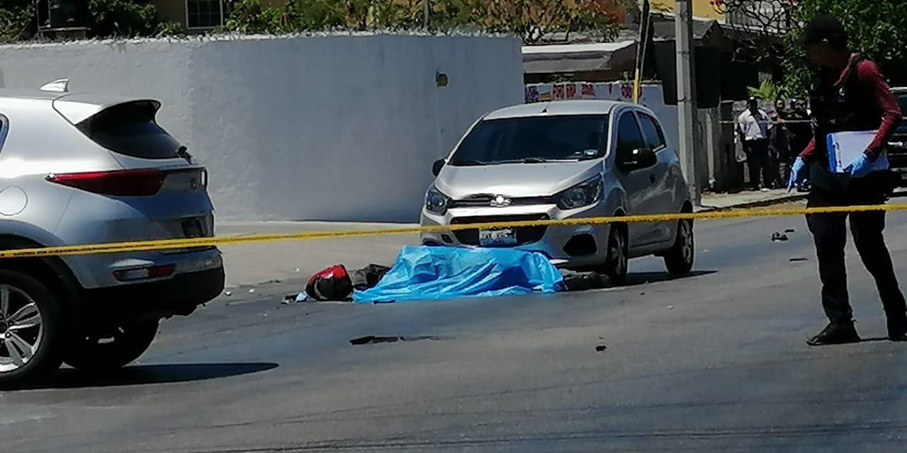 Motociclista pasa semáforo en rojo y muere embestido (Video)