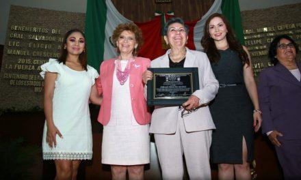 Entre mujeres: reconocimiento a doctora Piedad Peniche Rivero