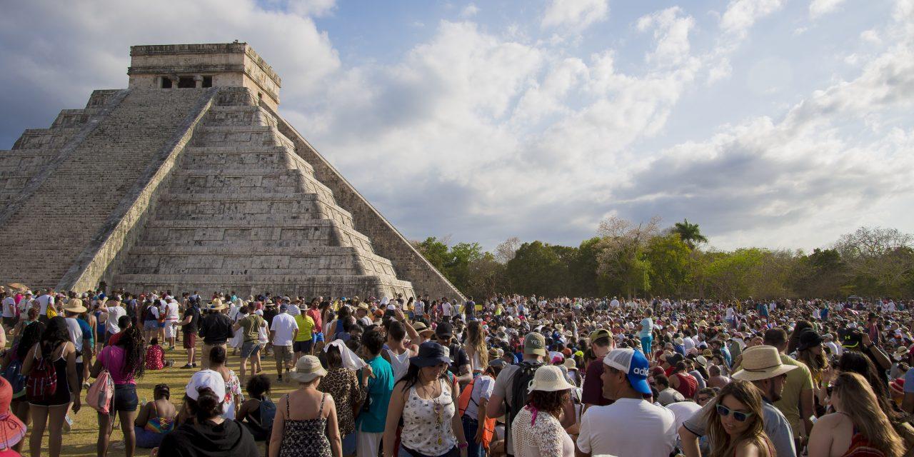 """Aún en pie entrada a """"luz y sombra"""" en Chichén Itzá y Dzibilchaltún"""