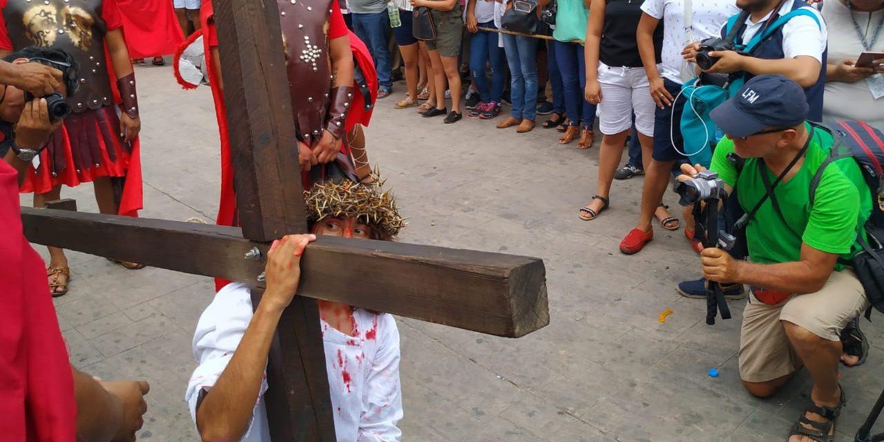 Aunque tenga que cargar la Cruz solito por el pueblo, lo haré: Cristo de Acanceh.