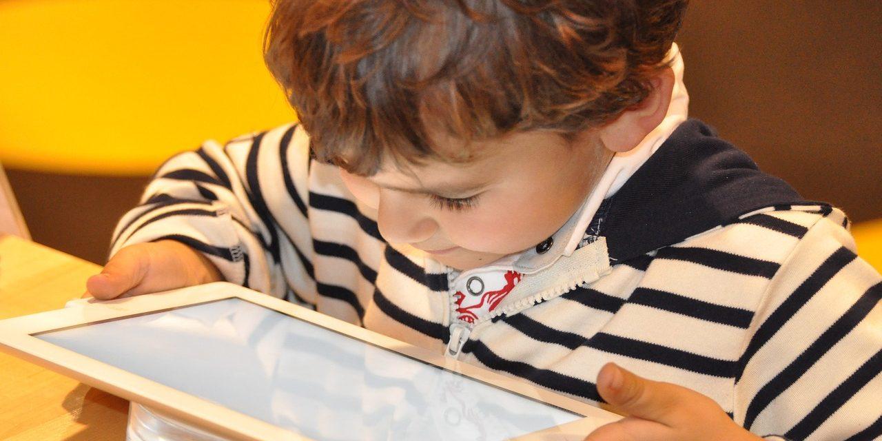 'Muchas horas' con dispositivos electrónicos y pantallas, perjudicial para niños