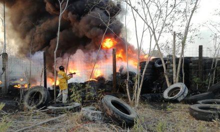 Arrasa fuego depósito de llantas en la salida Mérida-Cancún (Video)