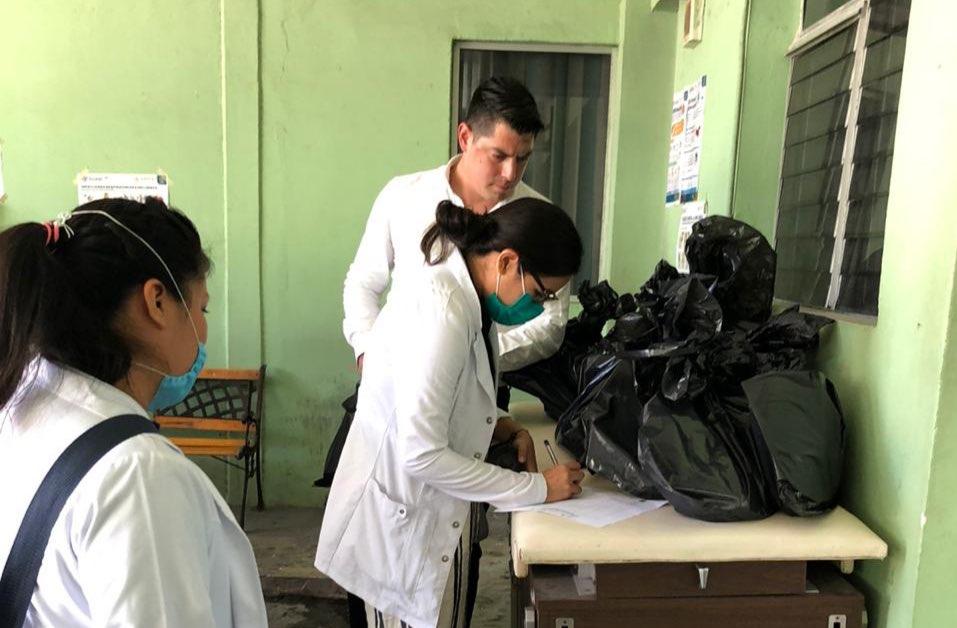 Pasantes de medicina reciben paquetes de protección contra Covid-19
