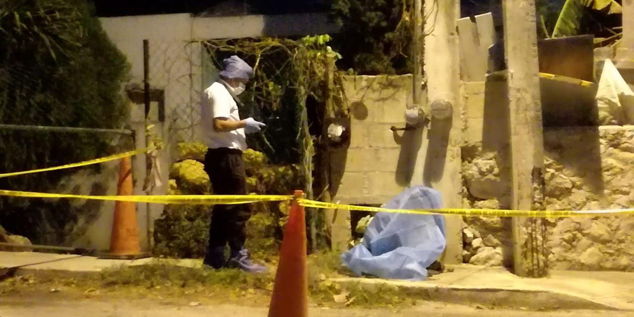 Lo hallan colgado en la puerta de su casa en Chichí Suárez