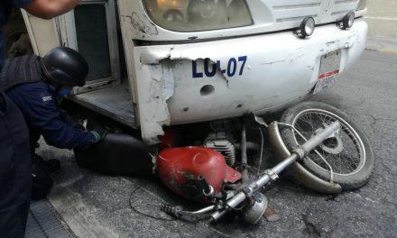 Salvados de milagro: motociclistas pasan semáforo en rojo (Vídeo)