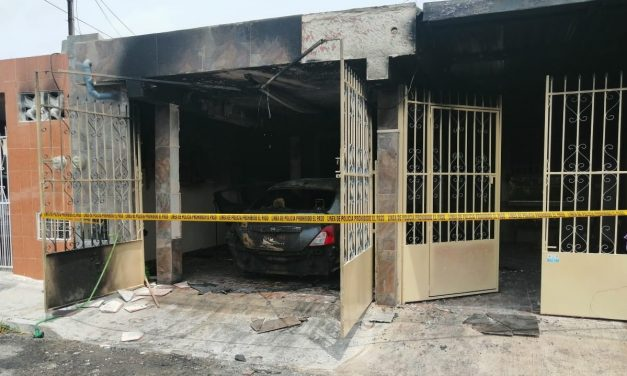 La amenazan y luego delincuentes incendian su auto y casa