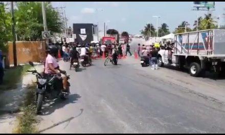 Bloquean puente en Champotón para exigir despensas y los desalojan