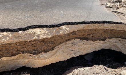Socavón restringe paso en carretera federal Playa del Carmen-Tulum