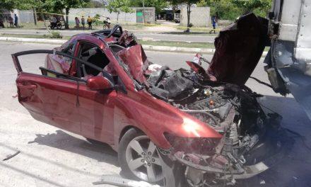 Por bache y exceso de velocidad destruye auto; él grave