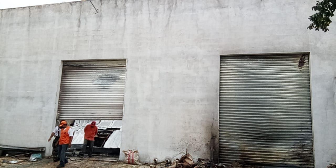 Incendio de grandes proporciones daña fábrica de veladoras en Conkal